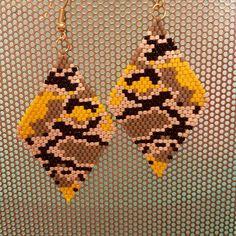 yellow camouflage. miyuki delica beads.brick stitch.earrings sarı kamuflaj. tugla isi kupeler. bilgi icin ➡️DM .#miyukibeads #beads#brickstitch #japaneseblossoms #handmadejewelry #delicabeads #peyotepattern #flowers #beadart