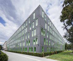 Vorderseite des Gebäudes Concrete Cladding, Cladding Panels, Vital Signs, Reinforced Concrete, Undercut, Color Shades, Cement, Sustainability, Multi Story Building