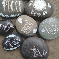 tekst op steen - decoratiestenen zijn makkelijk te verkrijgen. Schrijf er een persoonlijke tekst op met een tippex pen en gebruik ze als manier om iemand de zitplaats aan te duiden, persoonlijk te danken, servetten op hun plaats te houden bij bv wind,...