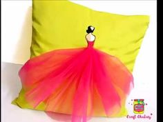 Turn your boring pillow cover into a fancy one. Try this easy DIY in different colours and brighten your living room with this decorated pillow. Cushion Ideas, Diy Cushion, Cushion Covers, Pillow Covers, Bedroom Ideas For Teen Girls Tumblr, Teen Girl Bedrooms, Diy Flooring, Fabric Painting, Teenagers