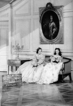 Olivia de Havilland and Vivien Leigh, Gone With The Wind behind the scenes photo, 1939 Look at the body language. Olivia De Havilland, Vivien Leigh, Go To Movies, Old Movies, Great Movies, Golden Age Of Hollywood, Vintage Hollywood, Classic Hollywood, Hollywood Glamour