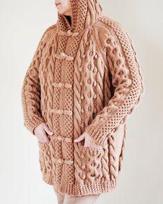 Ce manteau en pull tricoté à la main sophistiqué, unique, a des tonnes de détails de capot vers le bas, davant en arrière. Les amateurs de câble attention, ce manteau pull combine tonnes de câble tricot compétences. Il est 100 % tricoté main par moi, même les boutons et les fermetures sont fait à la main. Il a 2 poches à l'avant pour cacher vos mains par temps froid et ajouter commodité pour mettre votre téléphone portable, les clés ou les gants. Porter sur un Jean, leggings ou une robe…