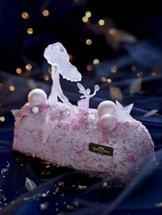 """The Fairy Wood,"" a pretty bûche by consists of a cream, soft and resting on a cookie crust. Beautiful Desserts, Beautiful Cakes, Cupcakes, Cupcake Cakes, Chocolate Log, Chocolate Cream, Beaux Desserts, Dessert Presentation, Log Cake"
