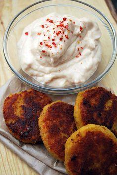 Pidempi korsi blogi Linssipihvit  Linssipihvit ( noin 20 pihviä)  - 5 dl kuivia linssejä - 2-3 porkkanaa raasteena - 2 keitettyä keskikokoista perunaa - 2 rkl perunajauhoja - loraus agavesiirappia (tai tavallista) - suolaa - valkopippuria - jauhettua inkivääriä - currya - 1 tl kasvisliemijauhetta - ½ dl ravintohiivahiutaleita + chilikastike