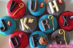 cupcakes with chocolate letters. Baking Cupcakes, Cupcake Cookies, Cupcake Toppers, Cubs Cake, Chocolate Letters, Dutch Recipes, Baking Cups, Winter Holidays, Happy Holidays