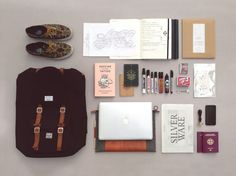 Learn what a minimalist is, why you should start practicing minimalism and get all the tips on how to do it. Learn how you can become a minimalist. What In My Bag, What's In Your Bag, Minimalism Living, What's In My Backpack, Inside My Bag, Things Organized Neatly, Miss Moss, Everyday Carry, Travel Essentials