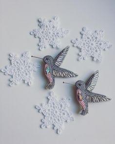 Всем доброго дня! Парочка синхронисток-колибри готова к отправке. А я сегодня хочу поздравить всех Ксюш, Ксюшечек и Оксан с именинами! 6 февраля день памяти Ксении Петербургской . #брошьколибри