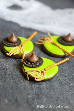 MELTED WITCH COOKIES: an easy Halloween treat idea #meltedwitch #witch #witchcookies, #halloween #halloweenfood #halloweentreats #cookiedecorating #cookies #chocolatecookies #cookiedecorating Halloween Desserts, Muffins Halloween, Halloween Cupcakes Easy, Halloween Cookies Decorated, Halloween Food For Party, Easy Halloween, Halloween Treats, Halloween Chocolate, Decorated Cookies