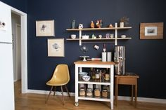 This Is How to Deal with Honey Oak Cabinets Paint the Walls Midnight Blue is part of Painted cabinet Behr - We've seen and heard our share of rental kitchen woes lately, particularly when it comes to those ubiquitous contractorgrade honey oak cabinets Honey Oak Cabinets, Dark Cabinets, Kitchen Cupboards, Kitchen Tips, Kitchen Walls, Kitchen Corner, Bathroom Cabinets, Kitchen Storage, Kitchen Ideas