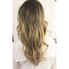 Ljusbrun sombré med inslag av honung och guld 💁🏼#sombre #bronde #brondehair #lightbrownhair #balayage #frisöröstermalm #frisörstockholm #sandrastjerna #longhair #wavyhair #hair #haircolor #davinescolor #davines