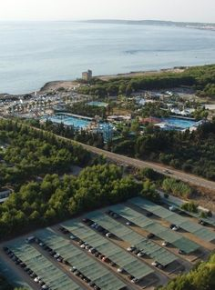 Camping La Masseria, Gallipoli, Apúlia, Taliansko, blízko pláže s krištáľovo čistou vodou, bazén pre deti, venkovní bazén, parkovisko, psy povolené, klimatizácia, detské ihrisko, vonkajší krb, animácie, vířivka, tenisové ihrisko,  recepcia, reštaurácia, pizzeria, bar, minimarket, vínna pivnica, práčovňa, ihrisko na volejbal a futbal,  požičovňa bicyklov, dovolenka v južnej Taliansku, dovolenka pri mori, ubytovanie v kempe, rodinná dovolenka, letná dovolenka, dovolenka v regióne Apúlia. Camping, Campsite, Campers, Tent Camping, Rv Camping