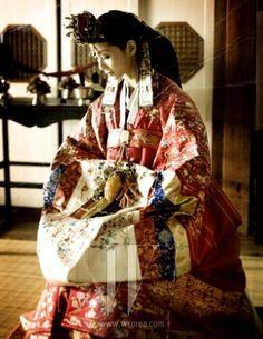 조선시대 여인들의 혼례복이었던 활옷과 원삼,활옷은 선홍색에 화려한 자수와 수,복 등의 글이 새겨져 있고...