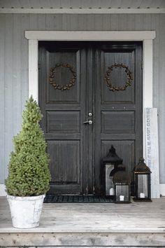 Front door with understated Christmas wreath: the Scandinavian home of calligrapher Ylva Skarp. Featured on Decorator's Notebook. (Photo Magdalena Björnsdotter for Lantliv)
