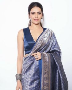Stylish plain saree looks to inspire you best picture for blouse wanita for your taste you are looking for something. D it is going to tell you exac Silk Saree Blouse Designs, Fancy Blouse Designs, Sari Dress, The Dress, Indian Beauty Saree, Indian Sarees, Indian Dresses, Indian Outfits, Sari Bluse