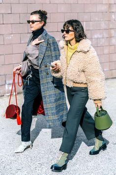 Street Fashion Trends The Raw Straight Cut Jeans Fashion 2018, Look Fashion, Fashion Outfits, Womens Fashion, Fashion Trends, Denim Street Style, Looks Style, My Style, Glitter Fashion