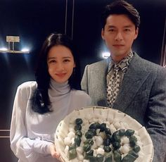 Actor Hyun Bin and actress Son Ye Jin have recently been involved in dating rumors after allegedly being spotted in Los Angeles, Californi. Korean Actresses, Korean Actors, Actors & Actresses, Jung Hyun, Kim Jung, Drama Korea, Korean Drama, Mr Bin, Korean Couple Photoshoot