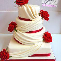 Klassisch elegante Hochzeitstorte mit echten Rosen [und ein