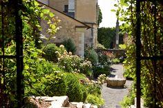 Der verträumte Schlossgarten hält einige romantische Plätze für Fotos mit dem Brautpaar bereit.