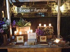 Nuestro último cigar corner decorado con velas y centros silvestres elaborados por @Mar de Flores. by More than Events