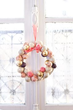 DIY Christmas Wreath by carnetsparisiens #Christmas_Wreath