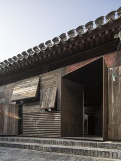 ZAO / standardarchitecture has completed a hostel inside a renovated beijing hutong that measures just 30 square meters. Ancient Chinese Architecture, Asian Architecture, Interior Architecture, Carport Patio, Pergola, Gate Design, Facade Design, Warehouse Living, Sea Container Homes