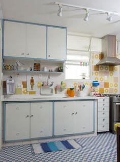 Cozinha com ladrilho hidráulico e azulejos antigos. Foto: Zeca Wittner/Estadão
