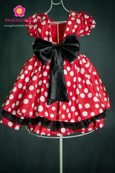 O vestido Minnie infantil Ana Giovanna para festa feminina visto de costas. O laço grande dá maior destaque ao vestidinho. Conheça mais este e outros modelos disponíveis no site: https://anagiovanna.com.br/produtos/1/vestidos-infantil/3/minnie