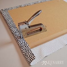 Love the fabric in this DIY Bulletin Board Makeover idea! It adds a fun, feminine touch to a corkboard or message board for a home, office or dorm room. (Diy Projects For Dorm) Office Bulletin Boards, Memo Boards, Office Boards, Diy Tableau, Diy Cork Board, Cork Board Ideas For Bedroom, Burlap Cork Boards, Bedroom Ideas, Diy Organizer