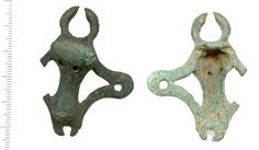 Bovine. An interesting handle mount that seems to be an attempt at solving some of the inherent weaknesses of standard fixture solutions. It seems to have worked for some considerable time because the suspension loop is worn through. Comparable to the mounts from the Little Orme hoard.
