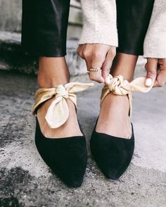 Bow Heels Mules Source by soldecirio Look Fashion, Fashion Shoes, Winter Fashion, Fashion Slippers, India Fashion, Japan Fashion, Fashion Ideas, Prep Fashion, Fashion Details