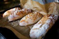"""Tyto domácí bagety jsou naprostá """"trhák"""" v celé naší rodině i u mých známých. Nepotřebujete ani domácí pekárnu, těsto si umícháte v míse a bagety upečete v klasické troubě. Cooking Bread, Bread Baking, Bread Recipes, Cooking Recipes, Good Food, Yummy Food, Czech Recipes, Vegan Bread, Fun Easy Recipes"""