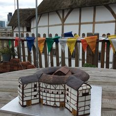 Shakespeare's Globe - in delicious cake form. Globe Theatre, Theater, Shakespeare Theatre, Food Artists, Cupcake Cookies, Cupcakes, Take The Cake, Cake Art, Yummy Cakes