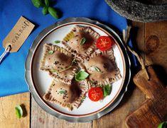 : Bezglutnowe ravioli z mozzarellą, szuszonymi pomidorami i bazylią Ravioli, Mozzarella, Hummus, Quinoa, Panna Cotta, Ethnic Recipes, Food, Dulce De Leche, Essen