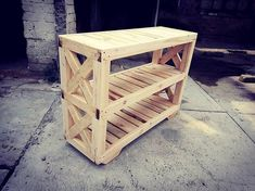 Let's check out the third image of the pallet entryway table project that is related with the showcase effect of the open shelves inside it. Here the stacking of the planks are being adjusted in the bottom opening form that look quite a lot interesting. Black Entryway Table, Entryway Tables, Diy Pallet Projects, Pallet Ideas, Old Pallets, Open Shelves, Glass Material, Lounge Areas, Planks