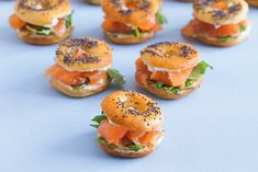 Christmas meal Hachette: mini-bagels with smoked salmon for an aperitif Healthy Eating Tips, Clean Eating Snacks, Brunch, Mini Hamburgers, Best Party Food, Vegetable Drinks, Quick Recipes, Eating Plans, Finger Foods