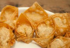 Pangsit goreng is mijn favoriete Aziatische snack. Lekker om te dippen in zoete-chilisaus. Niet moeilijk wel lekker! Maak zelf deze heerlijke pangsit goreng