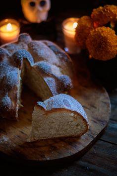 Rústica: Pan de muerto/Dead bread. Foto Pastel, Kid Pool, Tex Mex, Bread Baking, Food Pictures, I Foods, Food Photography, Dessert, Eat