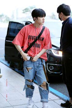 """Remember hanbin wearing this? This is the pantone color of the year, Living Coral. iKON will own 2019 ♡"" Kim Hanbin Ikon, Chanwoo Ikon, Ikon Kpop, Yg Ikon, Taeyong, Ikon Leader, I Miss You Everyday, Men Dress Up, Stylish Clothes"