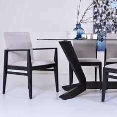Table de salle à manger au design unique et moderne, son dessus en verre clair de 12mm laisse voir sa magnifique base en merisier massif. Couleur 076 Cendre. Choix de finis et de couleurs. Fait au Québec.