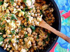 Grão-de-bico tropeiro | 4 xícaras grão-de-bico cozido, 1/2 peito de frango cortado em cubos e temperado (limão, sal e pimenta), 4 folhas de couve em tirinhas finas, 3 ovos, 1 colh sopa cheia farinha de milho, 1/2 cebola picada | Refogue o frango no azeite e reserve. Na mesma panela, refogue a cebola picada, adicione os ovos batidos e mexa bem. Antes de secar totalmente, adicione a couve. Misture o grão de bico e os cubos de frango. Finalize com a farinha e acerte o sal | #graodebico #frango