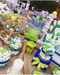 Tavolo dei confetti con caramelle colorate per comunioni e feste di compleanno