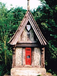 This unusual wall box from the 1870s is built into an edifice resembling a wayside shrine in a village near Evesham, Worcestershire. A clergyman in the parish set the letter box by the village green in sandstone with a timber-framed gable and his coat of arms, celebrating the importance of letters during the Victorian period. Post Boxes Uk, Antique Mailbox, Little Free Libraries, Free Library, Red Bus, Wall Boxes, Street Furniture, Places Around The World, Post Office