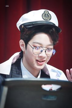Wanna-One - Lai Guanlin Guan Lin, Cute Glasses, Lai Guanlin, First Love, My Love, Kim Jaehwan, Geek Fashion, Ji Sung, Seong
