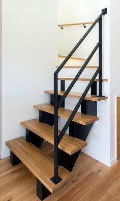 フラットバー(平鉄)を使用してのアイアン階段手摺 Iron Handrails, Interior Stairs, Entry Foyer, Stair Railing, Modern House Design, Interior Design Kitchen, Sweet Home, Shelves, Living Room
