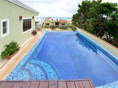 Casa del Sol Vista es una lujosa villa en Playacar Fase 1, cuenta con 555 M2 de espacio interior para disfrutar, incluyendo 8 dormitorios, 8 baños y 2 medios baños convenientemente situados junto a la piscina de la azotea y la cocina y el comedor. USD 1,700,000