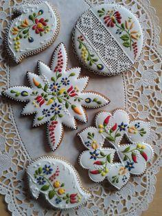 Beautiful cookies - Gingerbread or Mézeskalács ,sometimes decorated as here, is a popular gift around Christmas. Cookies Cupcake, Galletas Cookies, Fancy Cookies, Iced Cookies, Cute Cookies, Royal Icing Cookies, Sugar Cookies, Flower Cookies, Minion Cookies
