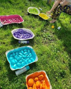 I got this idea from a school that involved their students in making a colorful rainbow rocky river. I knew it would give my own yard a beautiful burst of color… Garden Crafts, Garden Projects, Stepping Stone Walkways, Pierre Decorative, Dry Creek Bed, Rocky River, Wooden Garden, Recycled Garden, Yard Art