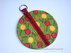 Estojinho ideal para guardar e proteger seu fone de ouvido. Pode ser usado também como porta moedas.    Confeccionado em tecido, fecho em zíper e argola tipo chaveiro. R$10,00