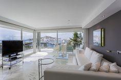 SARDEGNA APARTMENT | Contágiate de la magia de Ibiza en este lujoso apartamento de 150 m2 y 3 dormitorios desde el que podrás contemplar unas vistas espectaculares sobre la bahía y la ciudad vieja de Ibiza. #ibiza #luxury #ibizaluxury #apartments