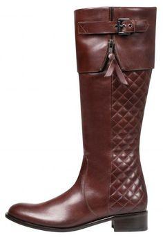 O inverno é a estação das botas, sejam elas de salto alto ou baixo, cano curto ou longo.  Foto: Bota Bobstore